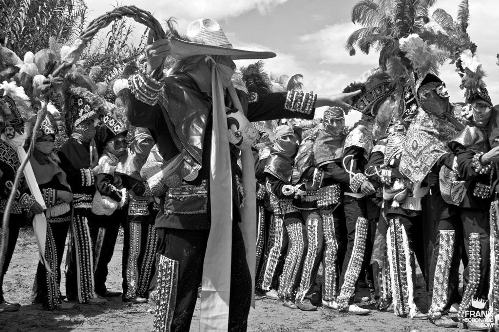 Viejote con caporales en fiesta tradicional de San Pedro Ixtlahuaca Oaxaca