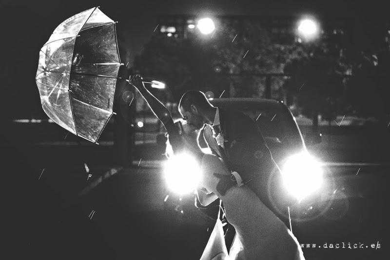 novios con paraguas besándose bajo la lluvia - fotografo de bodas