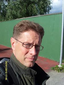 Tennisvalmentaja Olavi Lehto tennisvalmennusta tilausten mukaan eri paikkakunnilla
