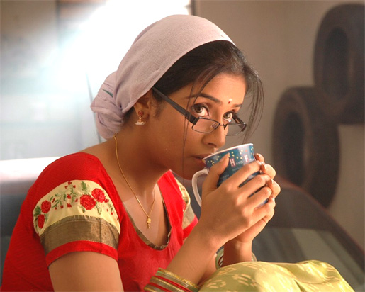 desi-indian-ghajini-fame-asin-drinking-coffee