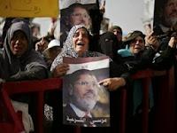 Muslimah pro Mursi menangis