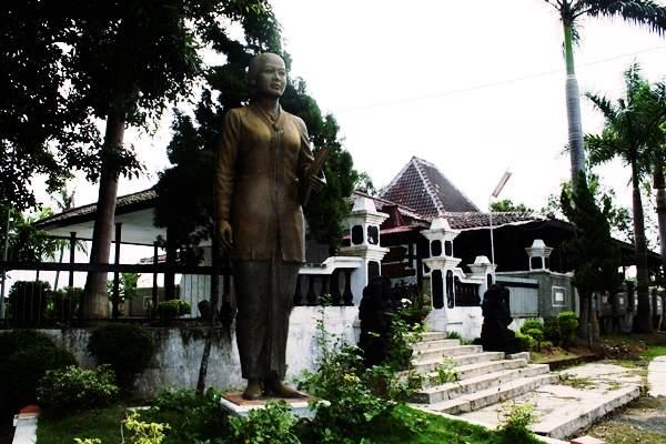 Gambar tampak depan makam RA Kartini di Rembang