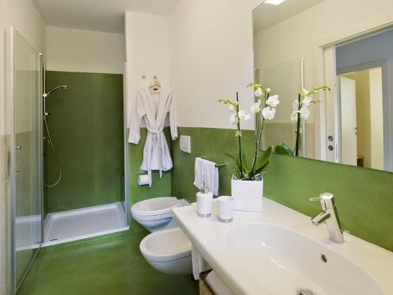 Baños Verde Con Beige:decorado con blanco que sirve para iluminar y verde que rompe con