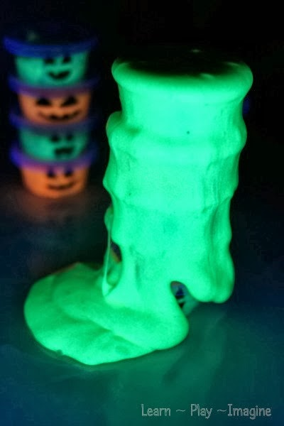 How cool is this glow in the dark slime?  This super simple no cook recipe is a must try!