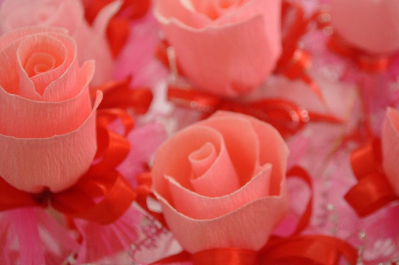 ... bunga telur ini berwarna pink dan diperbuat daripada kertas crepe