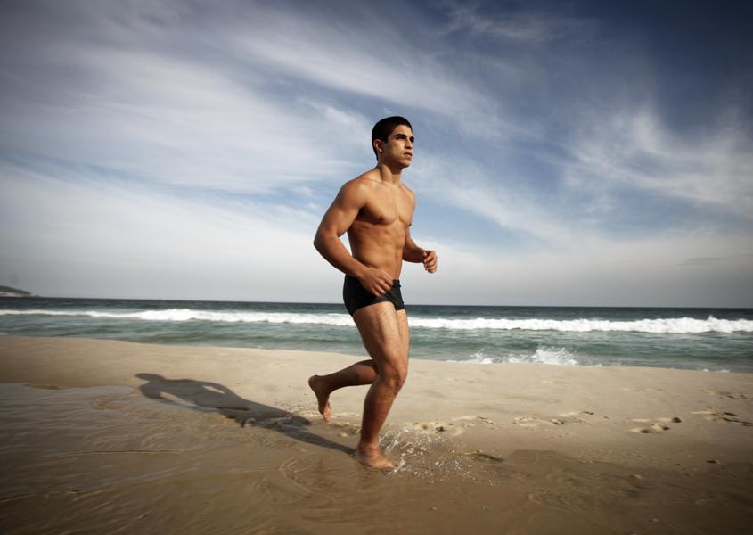 Douglas Sampaio exibe a boa forma em ensaio fotográfico