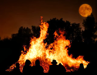 [IMG]http://2.bp.blogspot.com/-HtuQL33QW34/UrVgTIwi3AI/AAAAAAAAAls/EkQqnNWQuro/s320/samhain+halloween+origini+celtiche.jpg[/IMG]