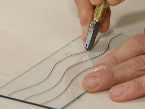 Como cortar curvas em vidro passo a passo