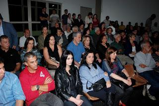 Dezenas de pessoas prestigiam a abertura do 20º Salão da Primavera