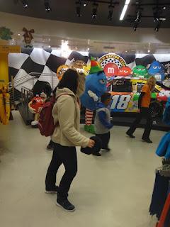dançando com os MM's - loja da MM's - Las Vegas