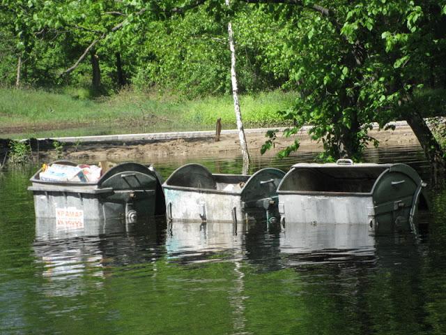 мусорные контейнеры у пляжа затоплены