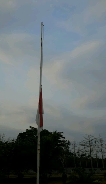 Bendera Setengah Tiang untuk Pak Salim Kancil