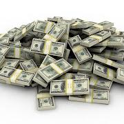 Vivimos días de indignación social y convulsión mediática sobre el dinero y . frasco de vidrio transparente para consejos con dinero aislados en blanco