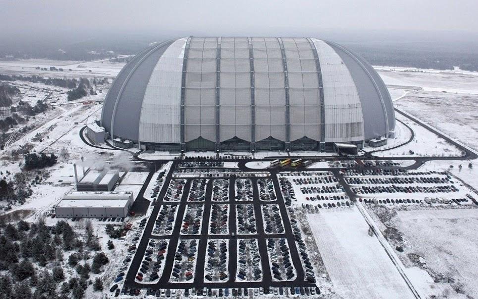 Você não vai acreditar no que existe dentro deste hangar na Alemanha Cliques Diversos