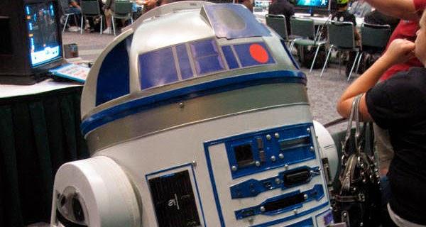 Proyector R2-D2 con 8 consolas en su interior.