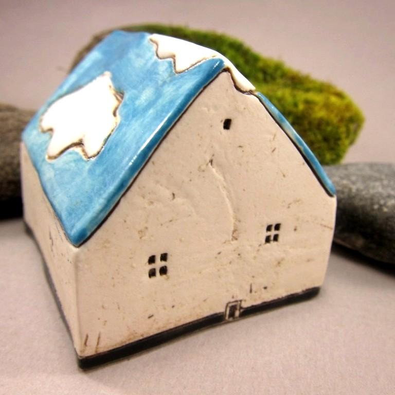 Porcelæns-hus med blå sommerhimmel og skyer som tag -- Szilvia Vihriälä: Open Mind Miniature Porcelain House