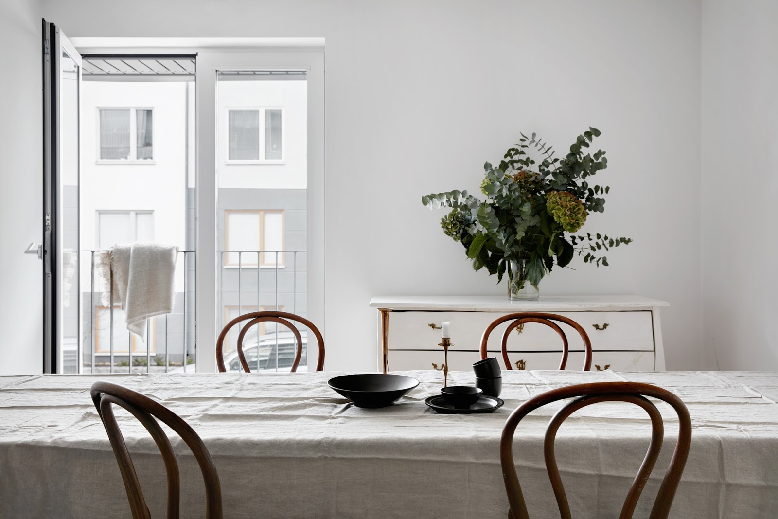 By svedin: ett kök i svart, marmor och mässing