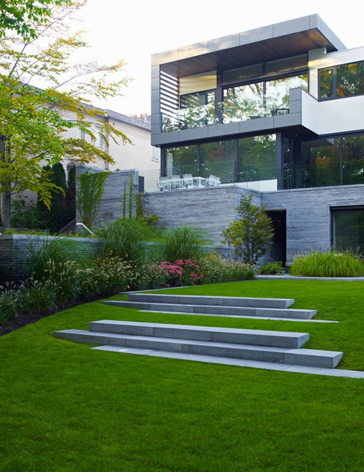 Green backyard design in the Modern mansion by Belzberg Architects Group