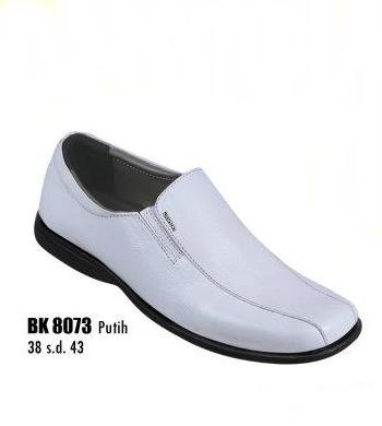 Sepatu pantofel pria putih BK8073