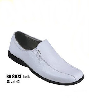 Sepatu pantofel pria putih