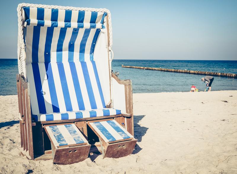 Blau-Weiß-gestreifter Strandkorb