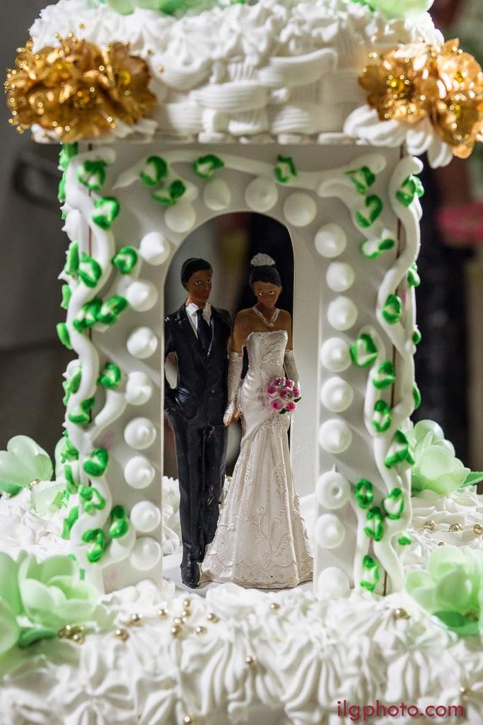 détail du gâteau avec la statuette représentant les mariés