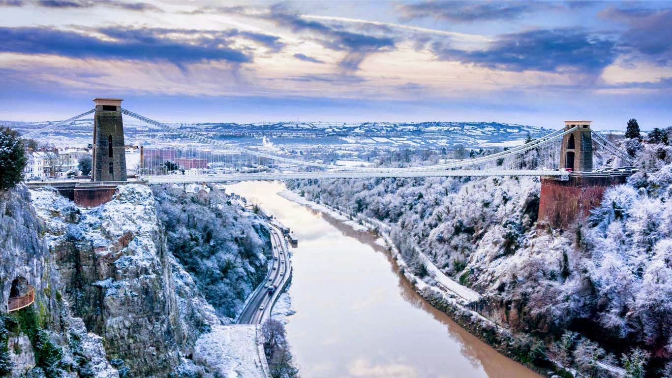 Clifton Suspension Bridge, linking Clifton in Bristol to Leigh Woods in North Somerset, England (© Daugirdas Tomas Racys/Getty Images) 346