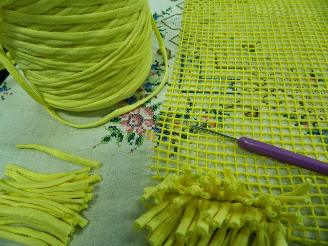 Artes anas alfombra de trapillo con nudo a mano o con aguja for Alfombras artesanales tejidas a mano