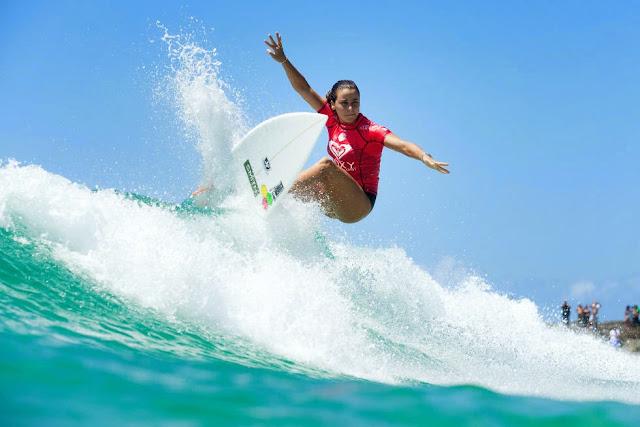 17 Roxy Pro Gold Coast 2015 Johanne Defay Foto WSL Kelly Cestari