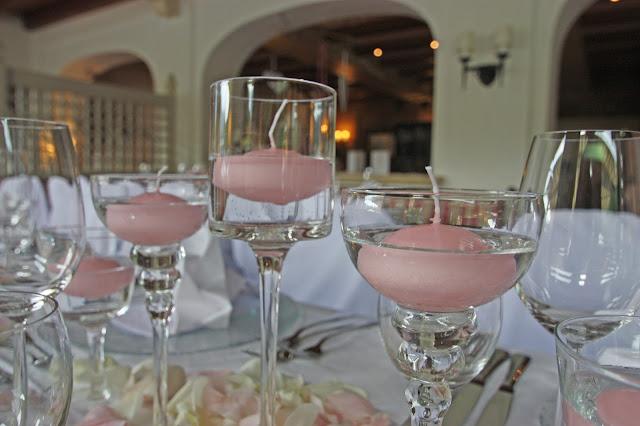 Rosa Schwimmkerzen in Glaskelchen