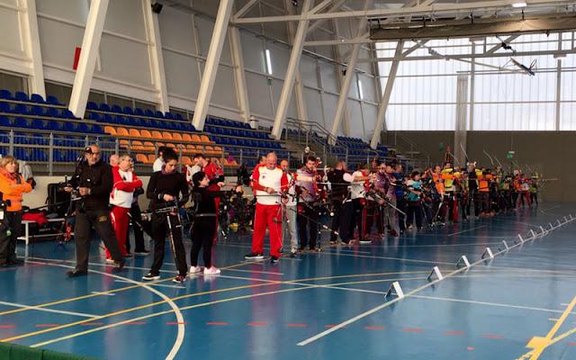 Participantes en el campeonato de tiro con arco en el pabellón. IMAGEN COMUNICACIÓN ILLESCAS