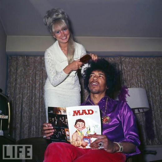 imagem de Jimi Hendrix penteando o cabelo