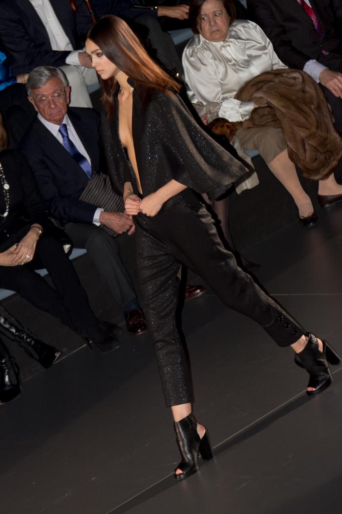 Pantalon y capa negra de Juana Martin diseño pasarela coleccion NEO