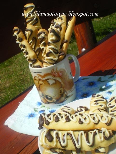 Kruche pałeczki w czarno-białej czekoladzie