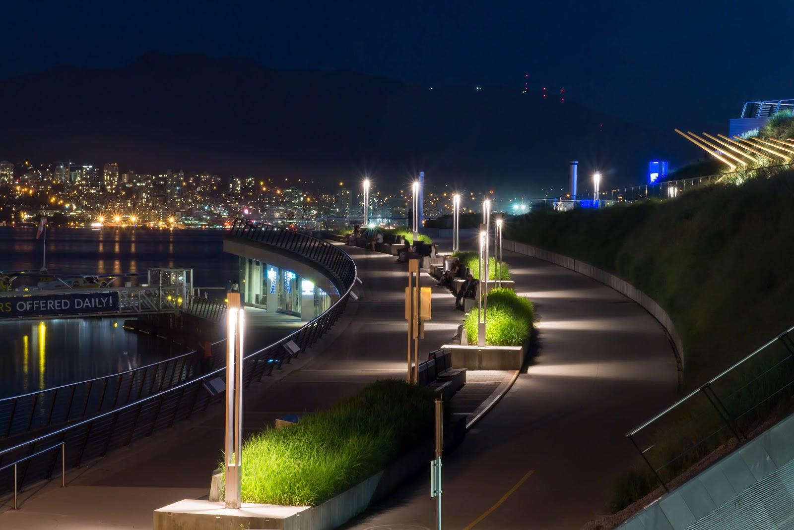 Возвращаемся к Ванкуверскому конференц-центру. С наступлением темноты прогулочная дорожка вокруг конференц-центра выглядит совсем по другому.