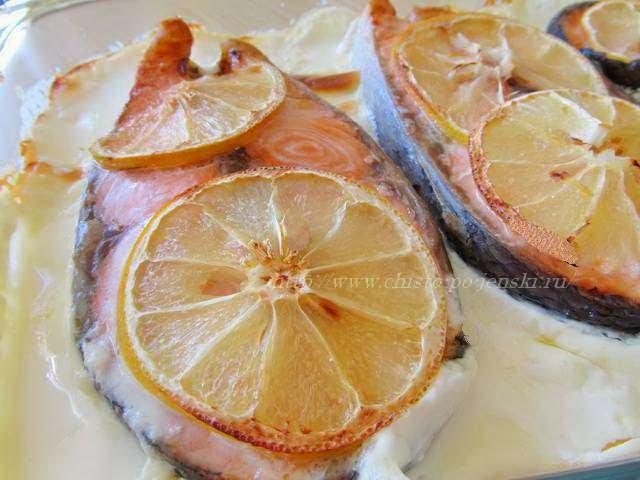 Достаём готовую рыбу из духовки