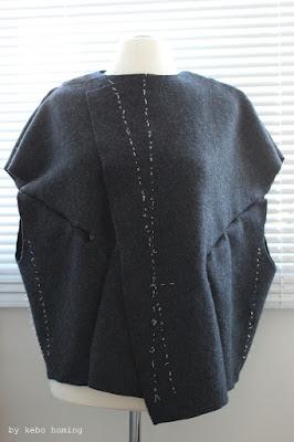Moderne puristische Jacke aus Walkstoff, selbst genäht, bei kebo homing, dem Südtiroler Lifestyleblog für kreativ am Dienstag, DIY und Inspiration, Styling und Fotografie