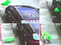 Mengerikan, Balita Terjatuh dari Lantai Tiga Tertangkap Kamera