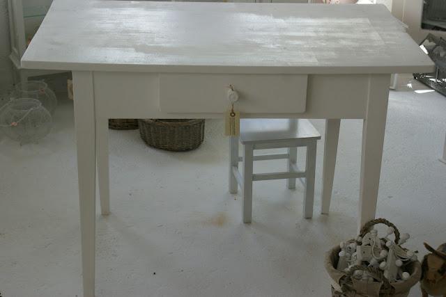 willy 39 s shabby chic schaffhausen neue grosse uhr und tisch. Black Bedroom Furniture Sets. Home Design Ideas