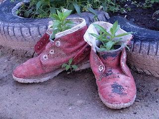 цветочный горшок из старых ботинок