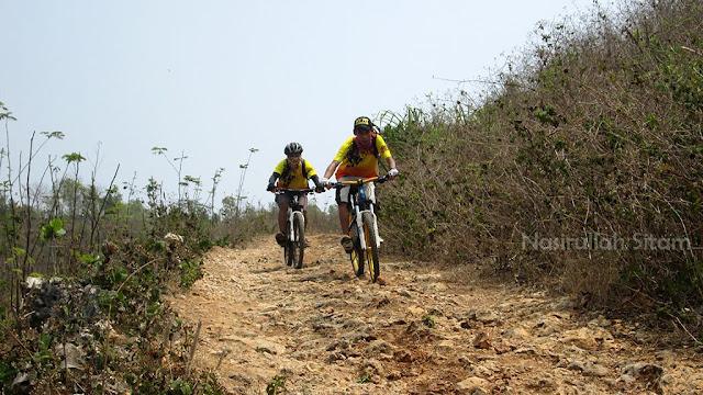 Salah satu jalan bebatuan menuju pantai Ngunggah