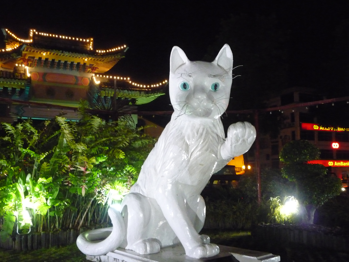 kuching chat In malaysian language kuching means cat, so the cat is the mascot of this cityen malais kuching (kucing) signifie chat donc la mascotte de la ville est le.