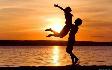 đôi tình nhân lãng mạn trên biển