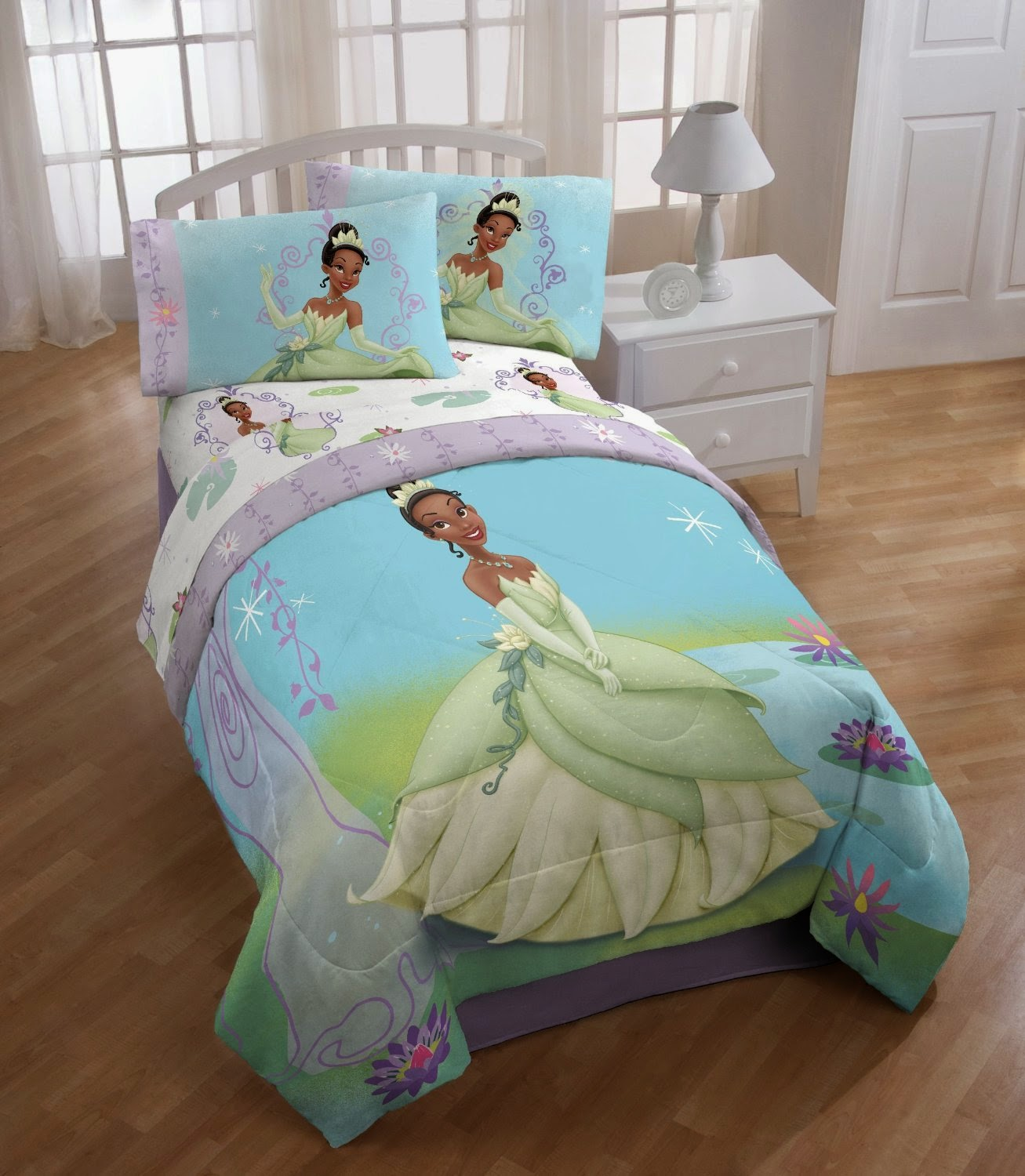 Bedroom decor ideas and designs how to decorate a disney for Frog bedroom ideas
