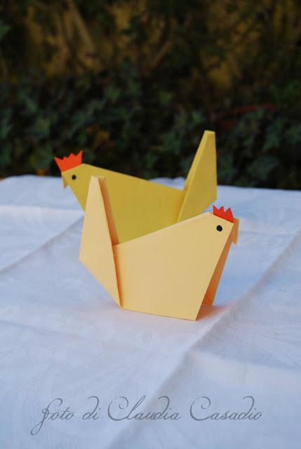 orecchie da coniglio e galline di carta..