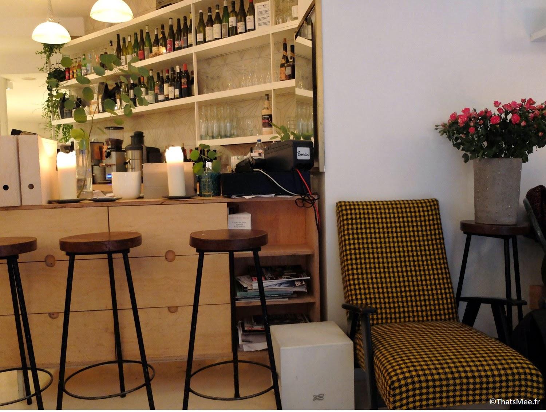 déco bar fauteuil à carreaux noir & jaune vichy abeille, déco bar Restaurant Hai Kai Paris menu food du marché caviste cave à vins bio