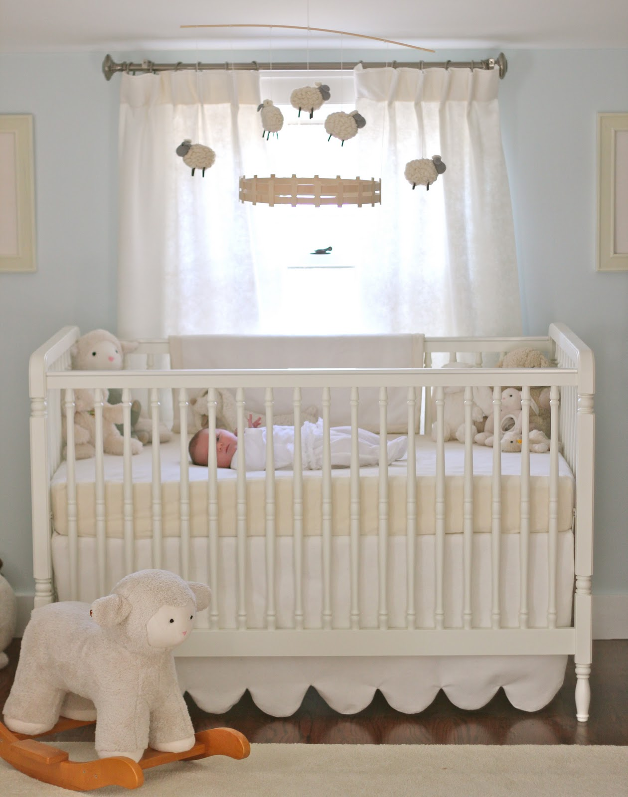 Jenny steffens hobick emma 39 s nursery soft cuddly for Baby cot decoration ideas