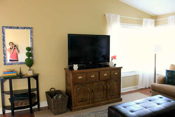 this blogger is asking for help! She wants suggestions on how to spice up her living room.