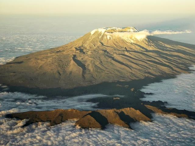 La montagne de Kilimanjaro  se sétu au nord-est de la Tanzanie et composée de trois volcans.