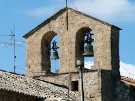 El campanar d'espadanya amb les dues obertures d'arcs de mig punt adovellats